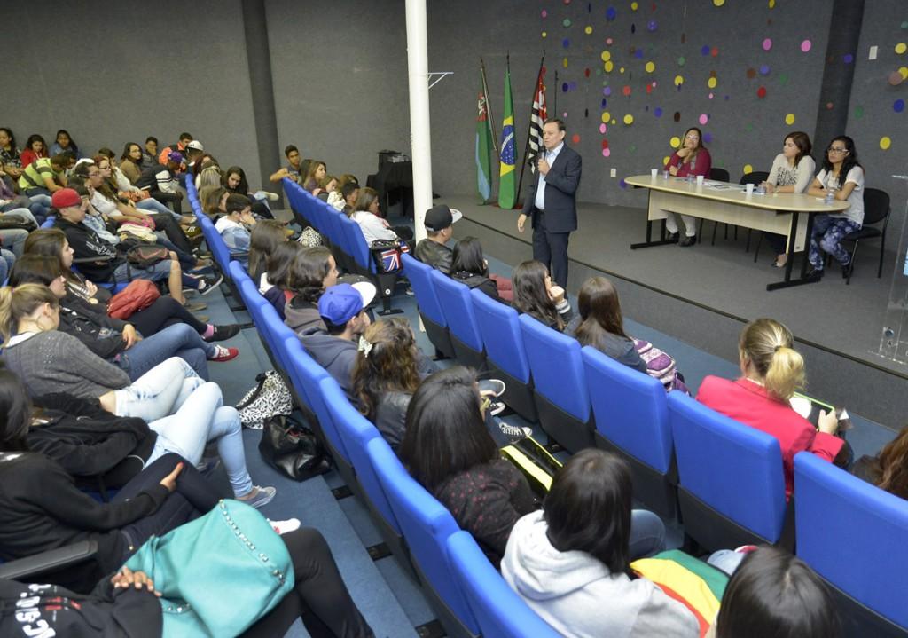 Programação começou com palestra no auditório da biblioteca municipal