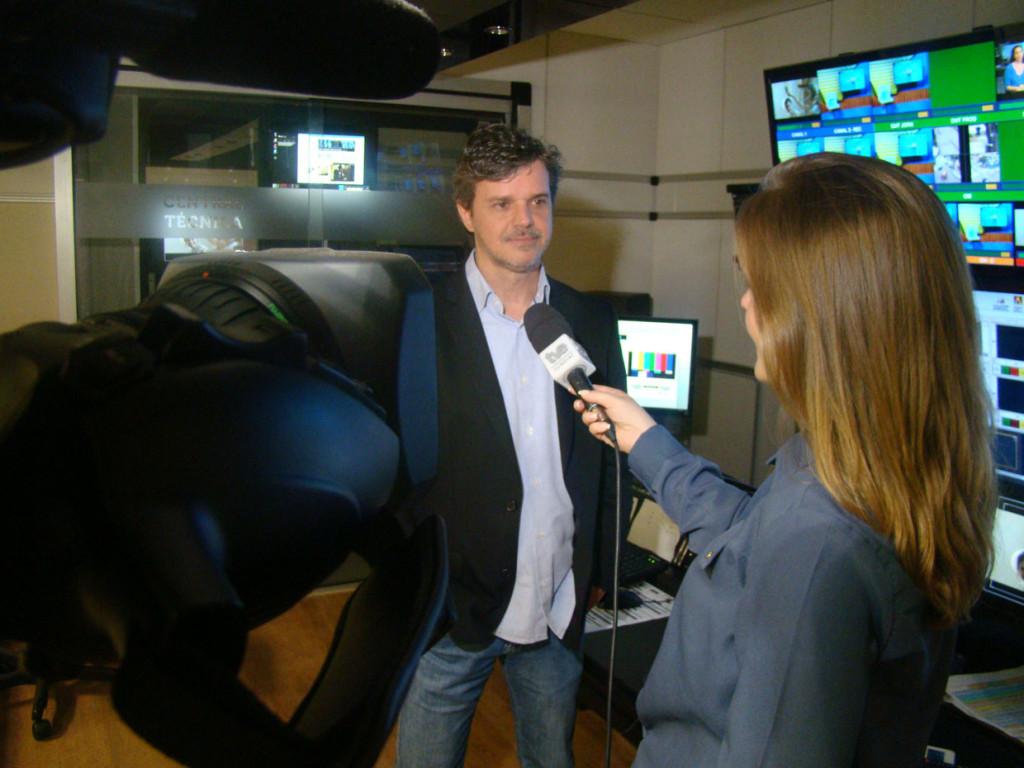 O diretor Marcos Freitas na entrevista com Tattiane Bardi