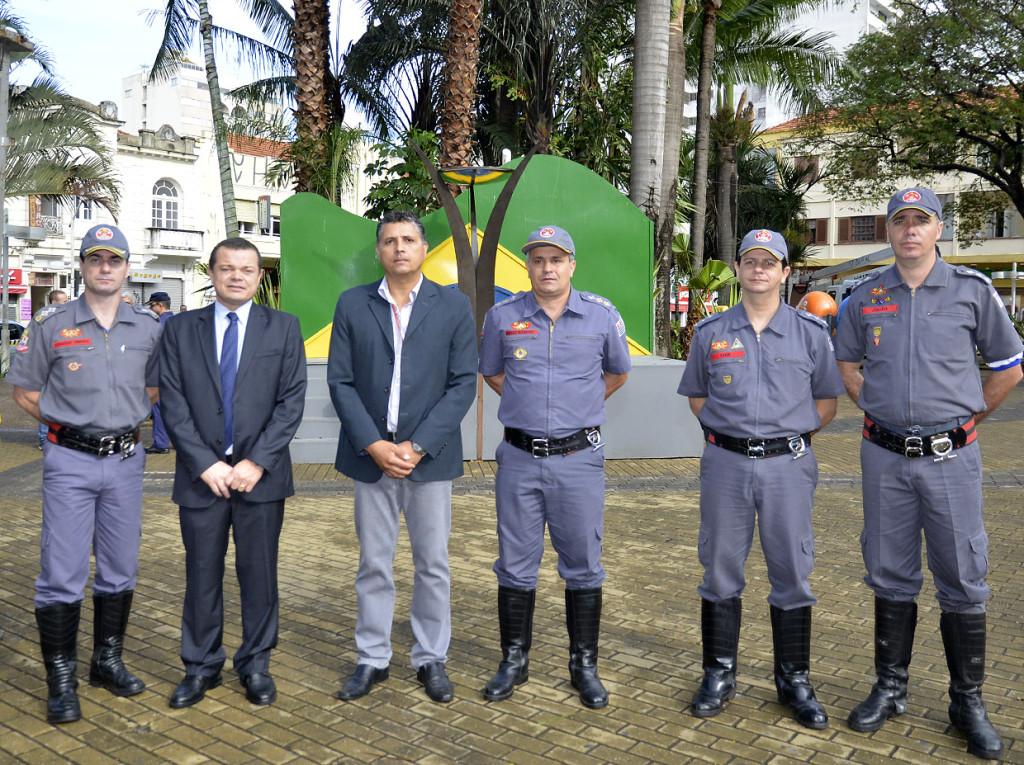 Secretário José Carlos Pires e Thiers Marques com os bombeiros