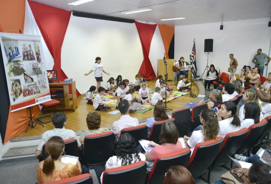Alunos da Emeb Prof. João Luiz abriram evento com apresentação teatral