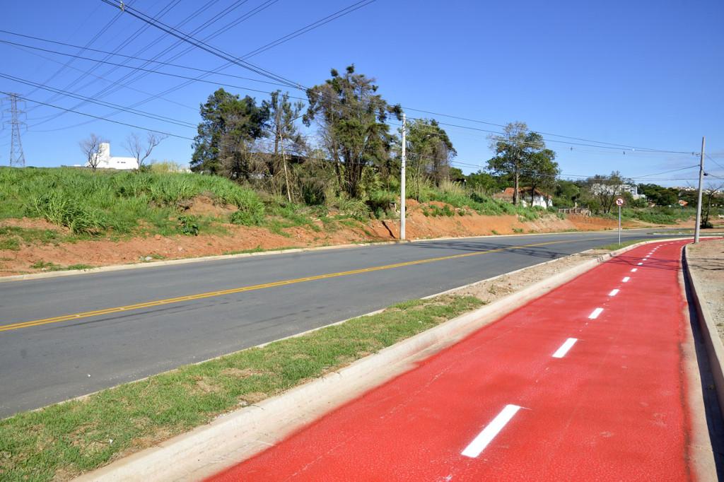 Pavimentação e ciclovia ao longo da avenida