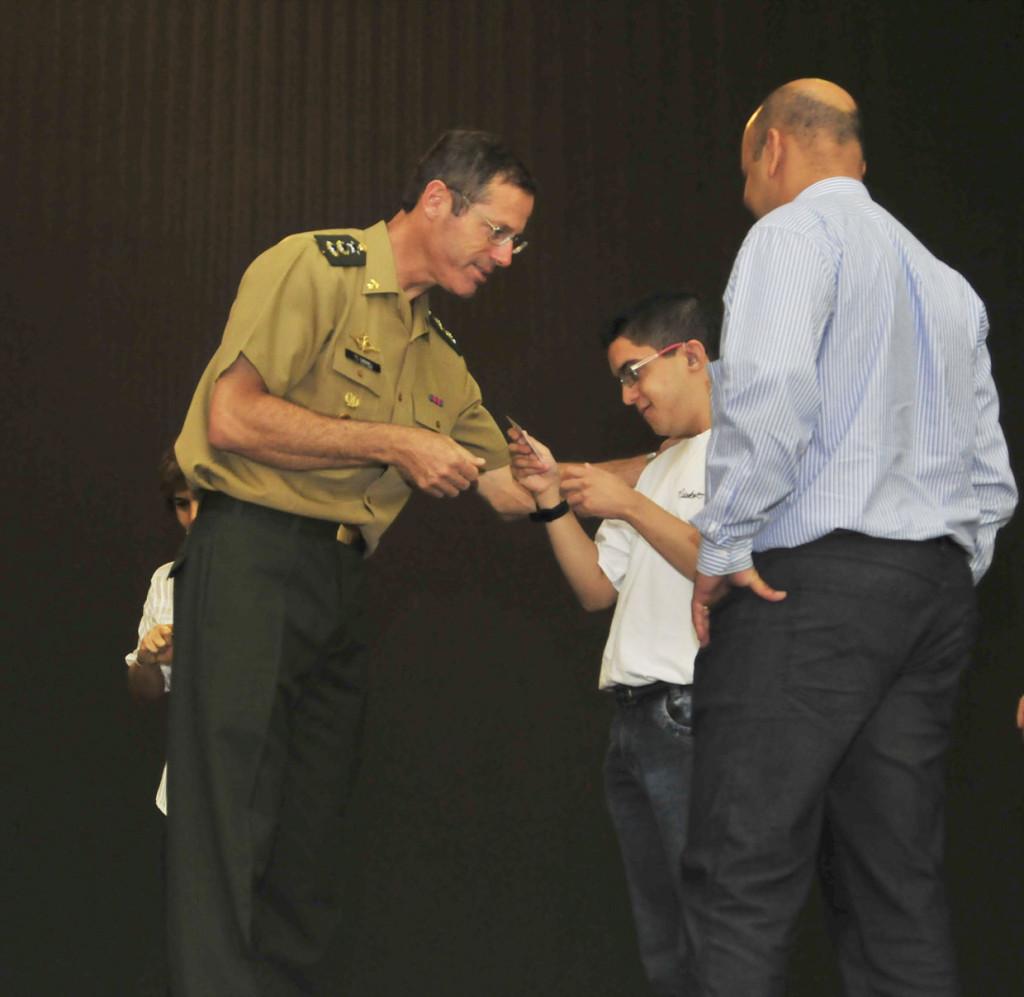 O tenente-coronel Luciano Sibinel entregou o certificado ao jovem Emílio Gabriel