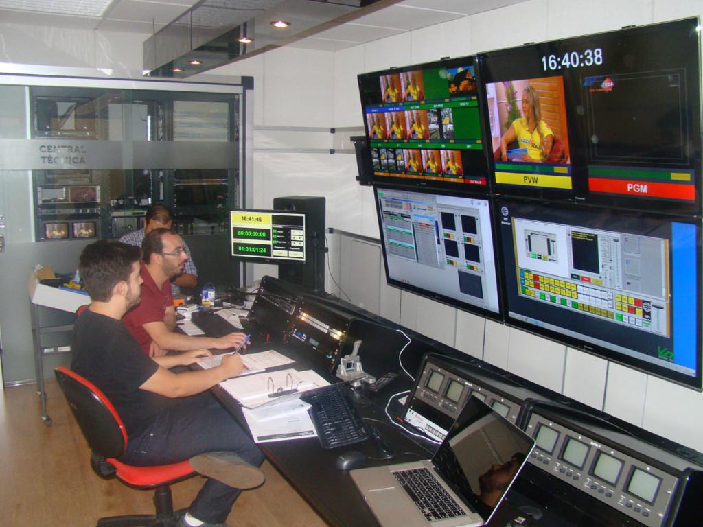 Equipe de produção trabalhando para levar informações aos telespectadores