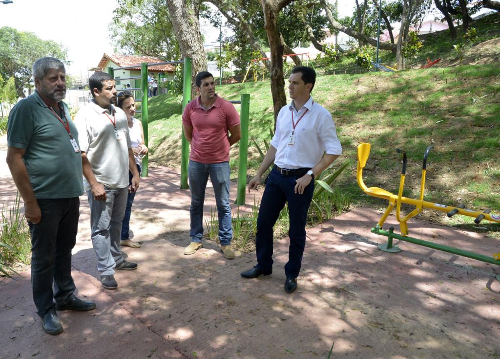 Aguinaldo com os diretores durante visita no bosque Jardim Copacabana