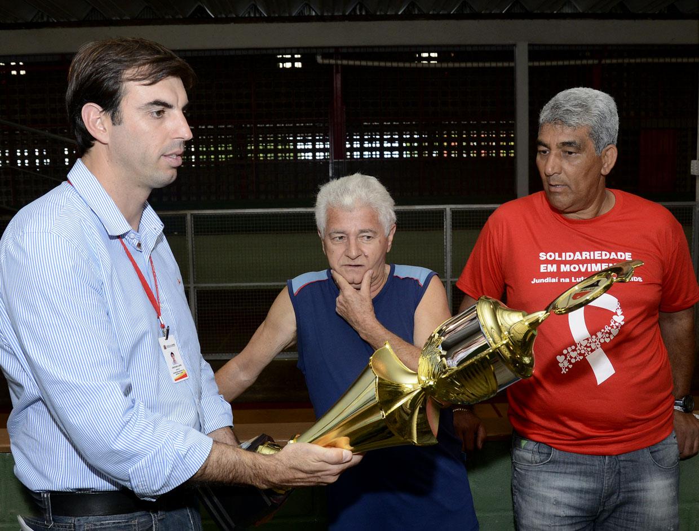 Cristiano Lopes, Irineu e Aguinelo de Oliveira com o troféu