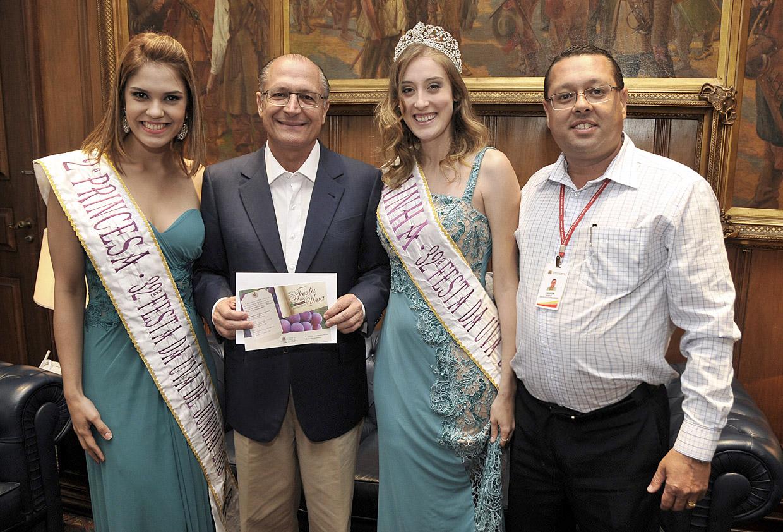 Rainha e princesa entregaram o convite ao governador