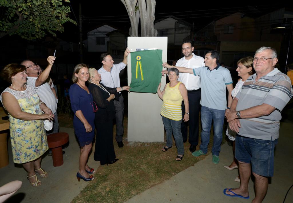 Autoridades e familiares descerram a placa da praça Vereador Urbano Rosa