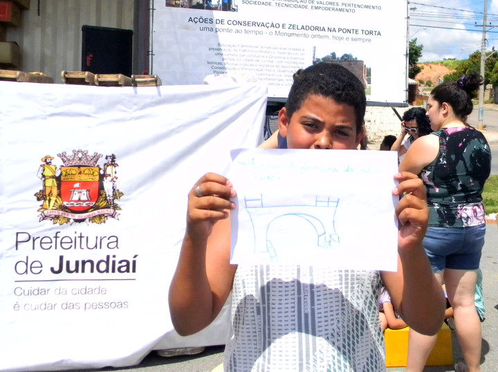 Leonardo Ferreira mostra desenho da ponte