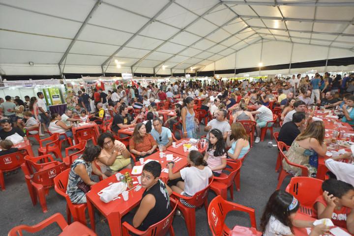 Praça de alimentação oferece diversos pratos dos bairros jundiaiense