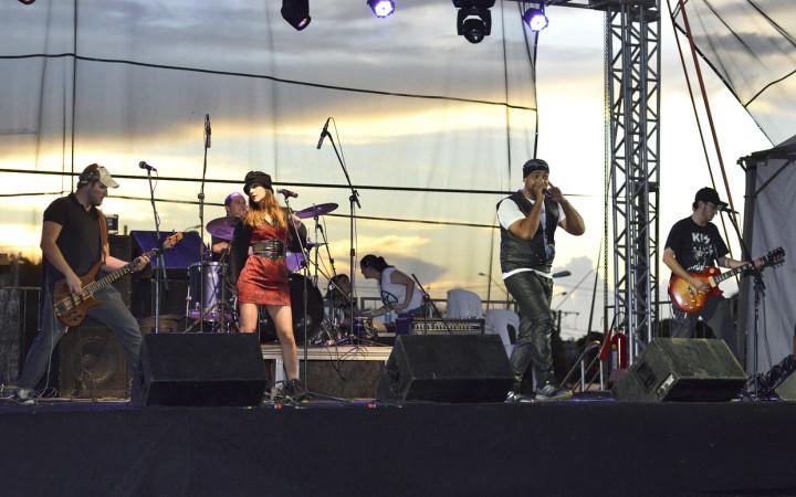Banda Jhoony Groove anima com clássicos dos anos 80