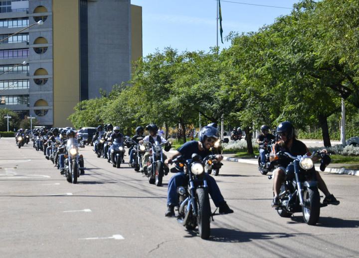 Motociclistas fizeram o trajeto pela cidade rumo ao Parque da Uva