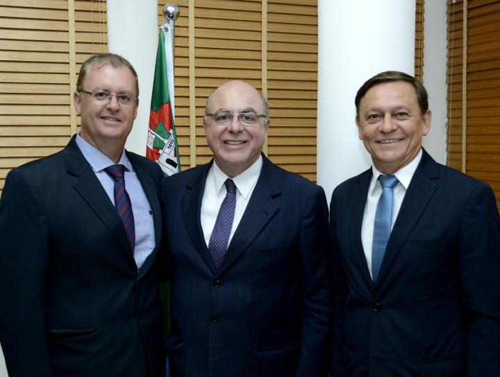 Marcos Brunholi e Pedro Bigardi recepcionam o secretário estadual de Agricultura, Arnaldo Jardim