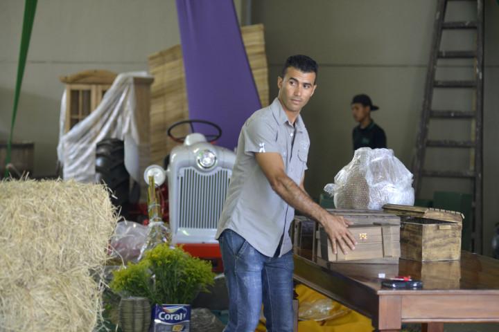 Técnicos trabalham com materiais emprestados por moradores: autêntica