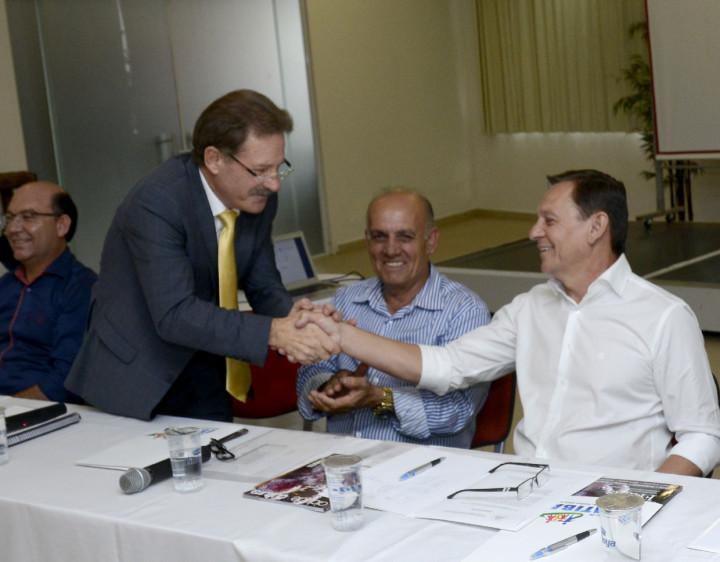 Bigardi recebe cumprimentos de Fattori, que encerrou mandato