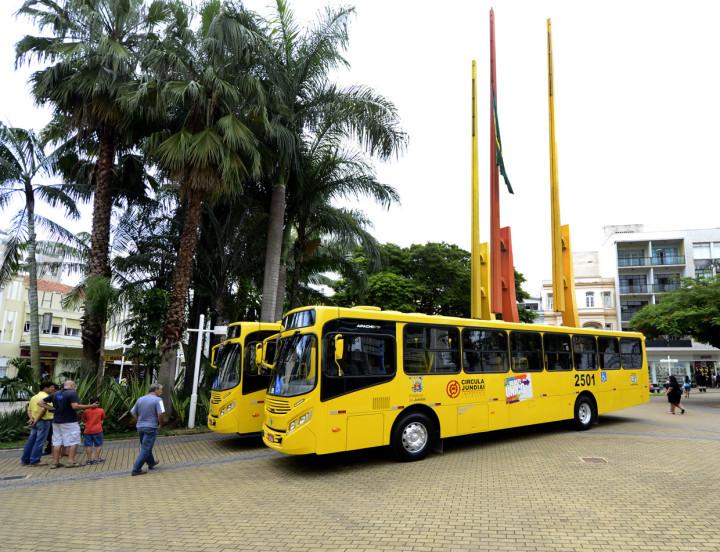 Novos ônibus ficam expostos no Centro, na Praça da Matriz, nesta quinta (29) e sexta -feira (30)