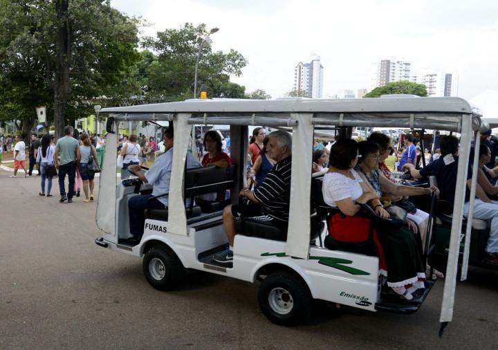 A organização colocou à disposição do público carrinhos elétricos para ajudar no traslado de pessoas com dificuldades motoras