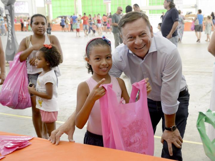 O prefeito Pedro Bigardi conferiu de perto da entrega dos kits escolares