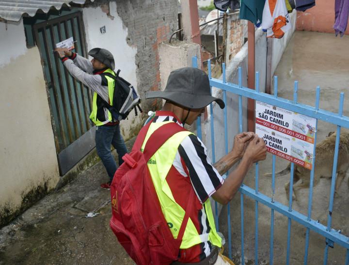 Moradores do próprio bairro instalam as placas de selagem