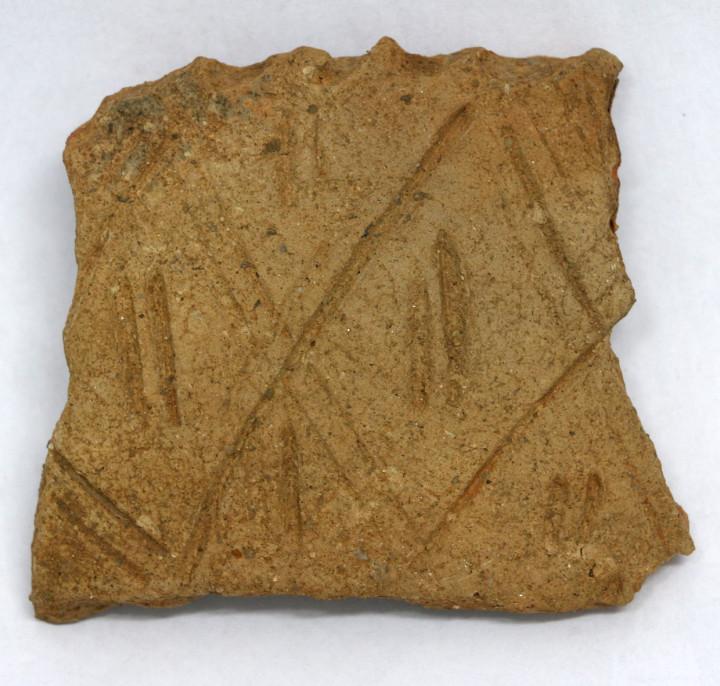 Fragmento de cerâmica encontrado no bairro do Medeiros apresenta grafismo de culturas africanas