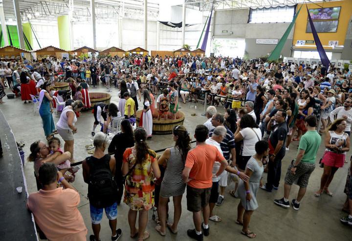 Atrações tradicionais como Pisa da Uva encantam o público
