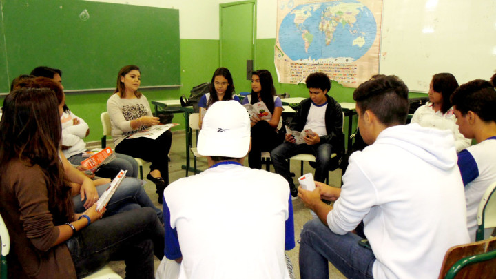 Coordenadora da Juventude conversa com estudantes