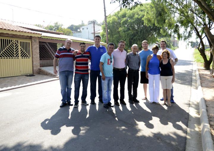 Prefeito vistoriou outras ruas asfaltadas no bairro, como a Vicente Bonanno
