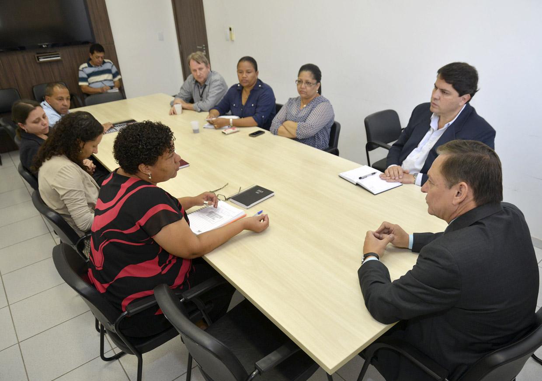Diretores em reunião com o prefeito e o novo superintendente