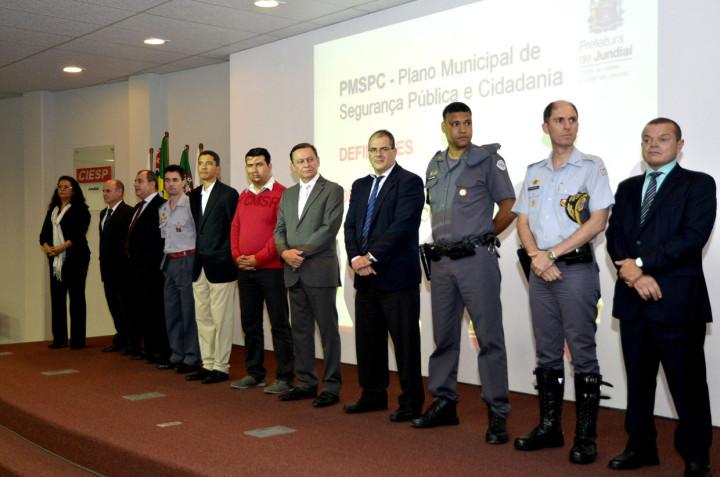 Prefeito Pedro Bigardi e representantes das forças de segurança
