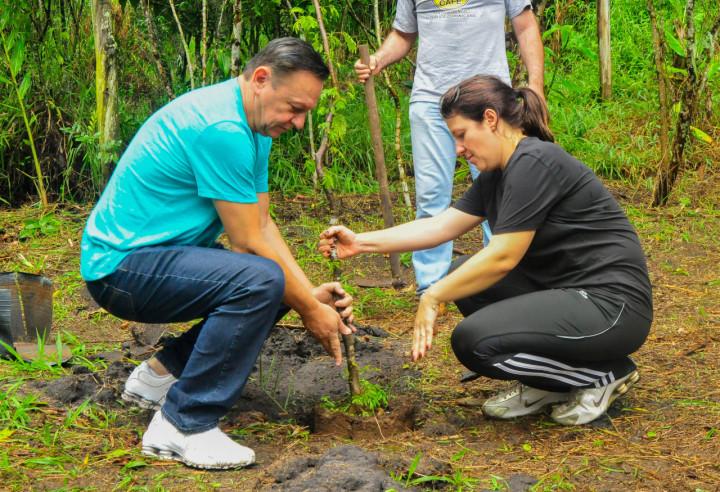 Prefeito Pedro Bigardi e a secretária Daniela da Camara Sutti plantam árvore na Casa do Conserveiro