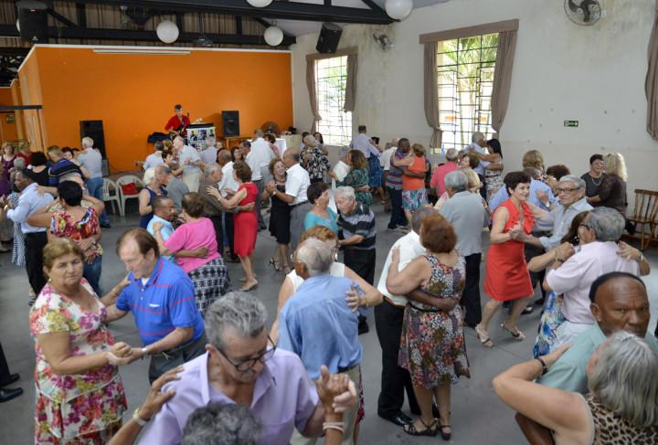 Baile atrai cerca de 300 pessoas todos os sábados