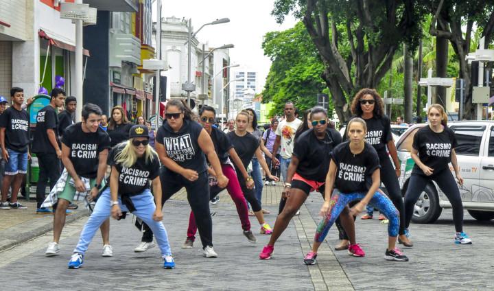 Flash mob desperta a curiosidade com a mensagem