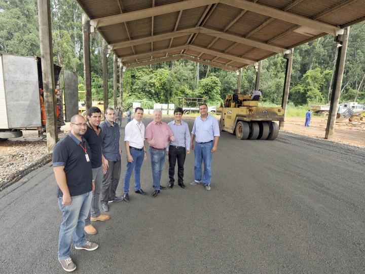 Equipe vistoria obras de pavimentação do pátio que receberá as tecnologias