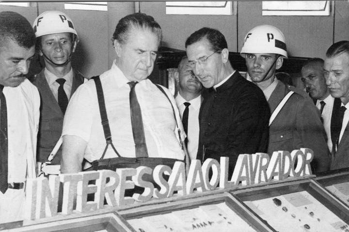 Padre Stafuzza com o governador Ademar de Barros, na inauguração do Museu