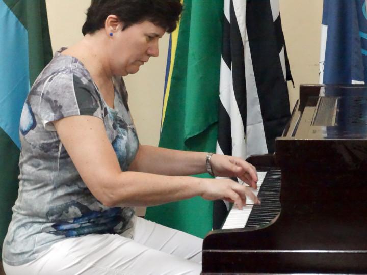 A pianista Shelly Moorman-Stalhlman visitou o museu para testar o piano