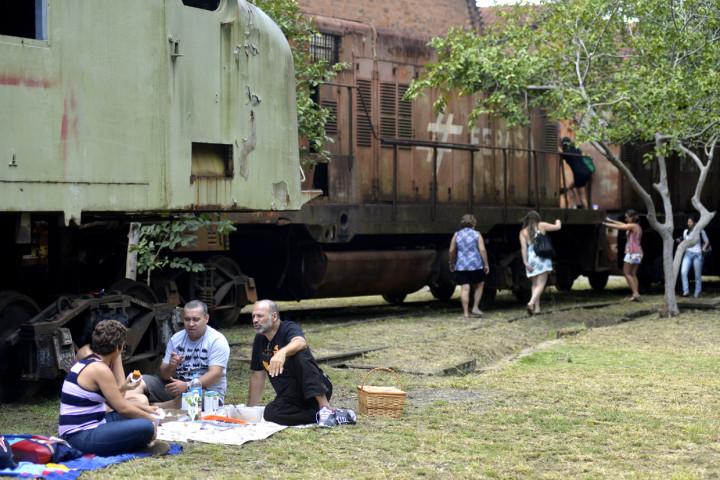 """Amigos e familiares fizeram pausas do """"piquenique"""" ao lado da locomotiva"""