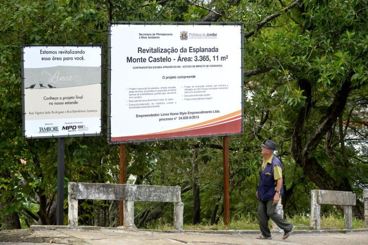 Morador observa placa de obras no Escadão: início em maio