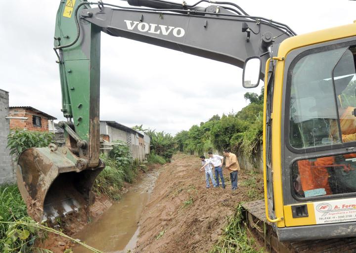Secretaria realizou a limpeza do córrego da Vila Esperança