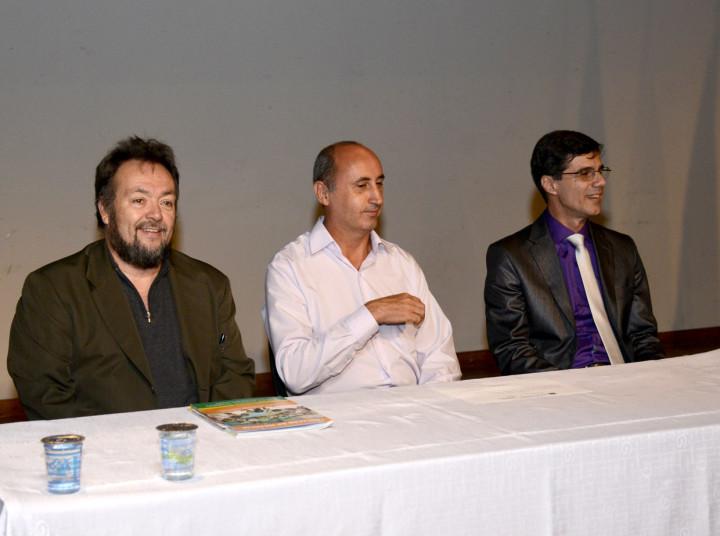 Os anfitriões ao lado do doutor em Educação, César Nunes
