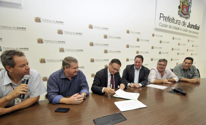 O prefeito Pedro Bigardi assina a nova lei de individualização de lotes
