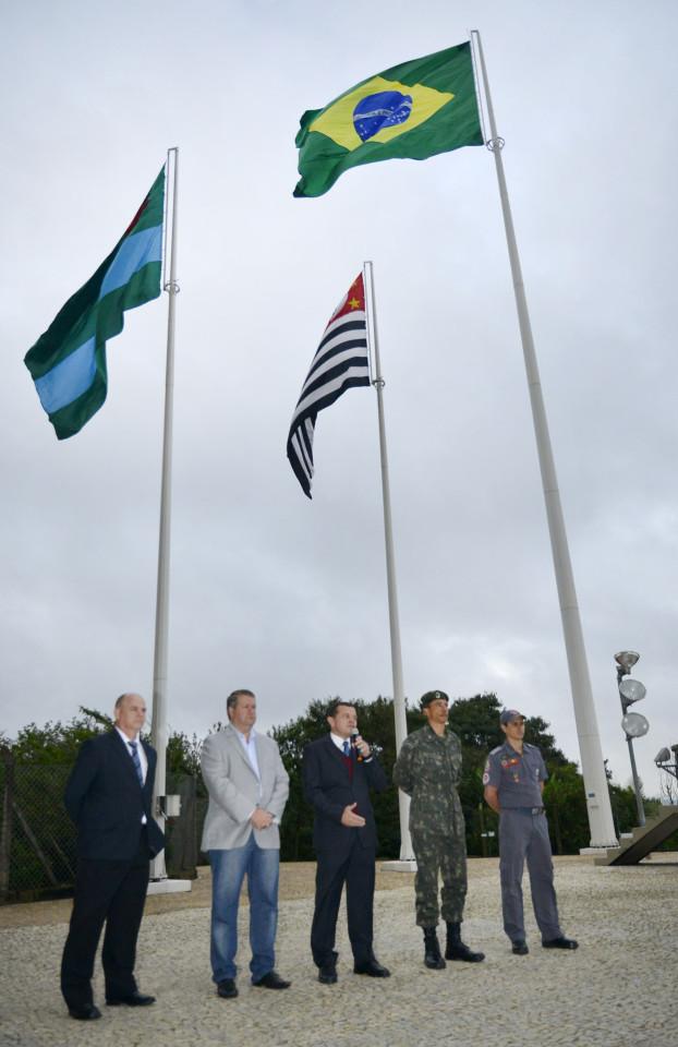 Autoridades durante a homenagem aos pavilhões