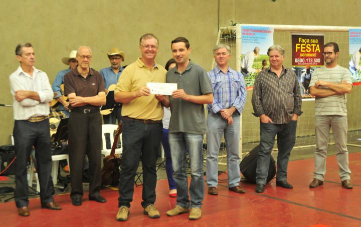 Agricultores receberam os cheques simbólicos durante a solenidade