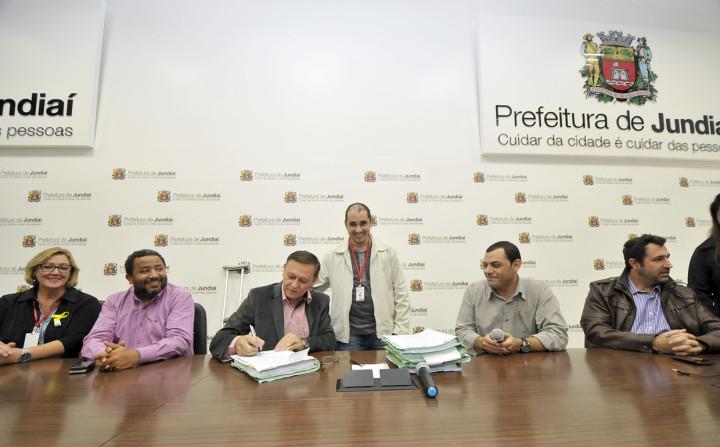 Na presença dos servidores, prefeito fez assinatura das leis