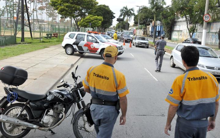 Durante a blitz, motoristas receberam orientação e o laço amarelo