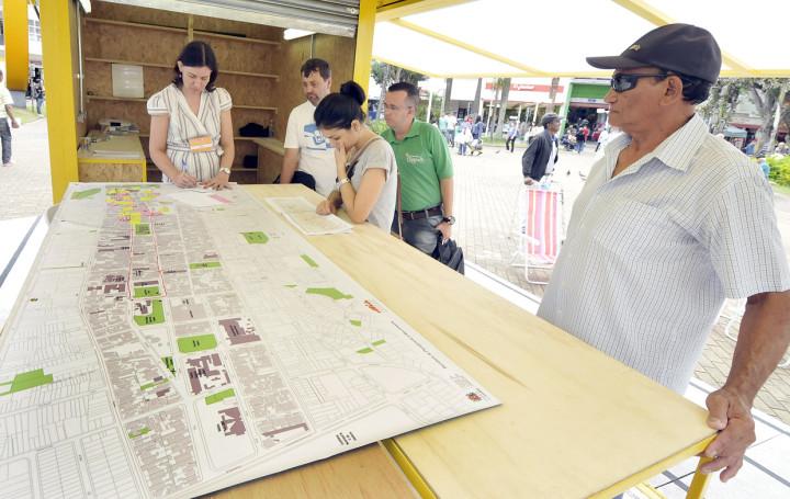 Moradores se informam sobre o conceito de cidade caminhável