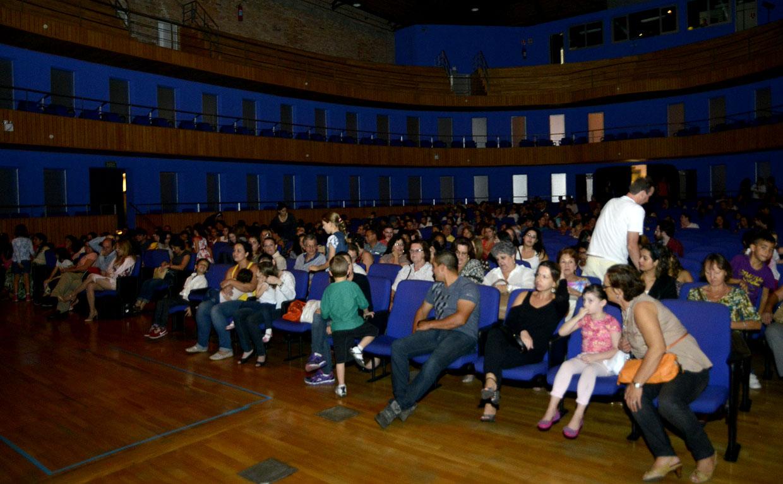 Plateia lotada para a apresentação da Cia. Cisne Negro