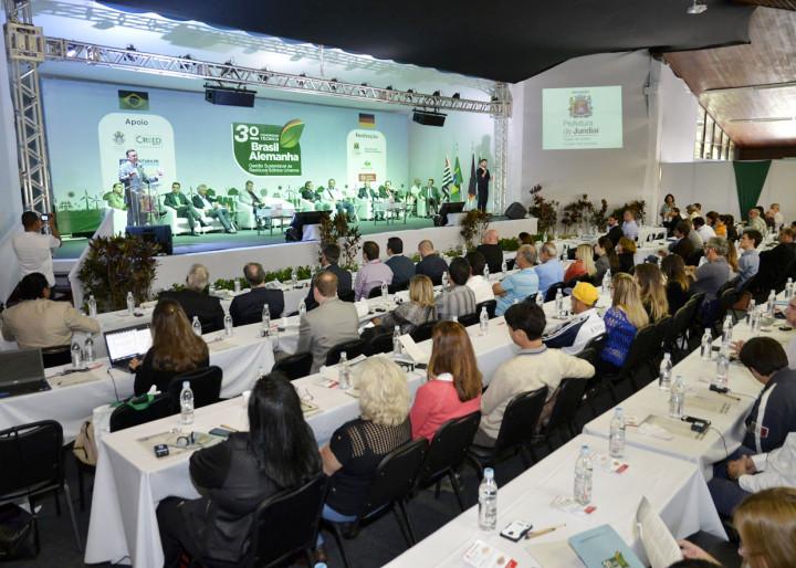 O prefeito comentou a relevância do congresso e da parceria com os demais municípios