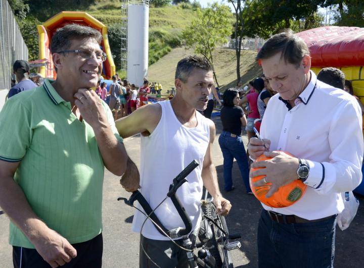 Mesmo sem jogar, moradores pediram autógrafo informal do prefeito na bola para celebrar novo espaço