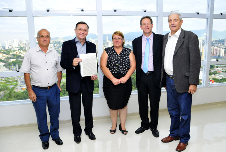 Moradores e técnicos com o prefeito: regularização traz bônus para a sociedade