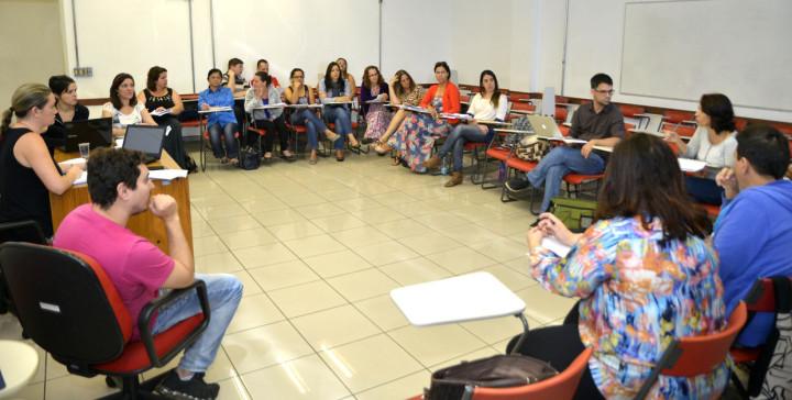 Delegados discutem o texto-base do PME durante plenária