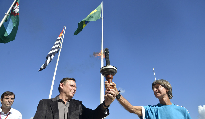 A tocha foi entregue pelo prefeito ao ex-atleta Amaro Barbarini